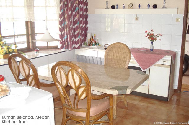 Guesthouse Medan Rumah Belanda family kitchen table